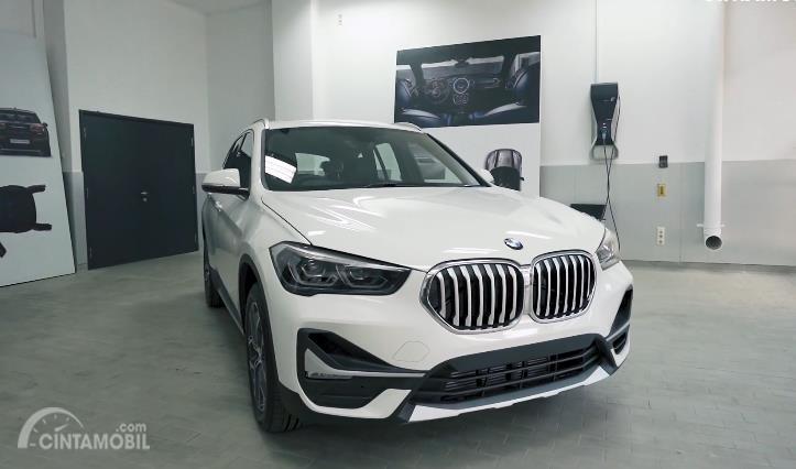 tampilan depan facelift BMW X1 2020 berwarna putih