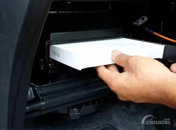 Pasang filter AC Honda Mobilio