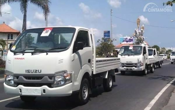 Gambar menunjukkan konvoi Komunitas Isuzu Traga Bali