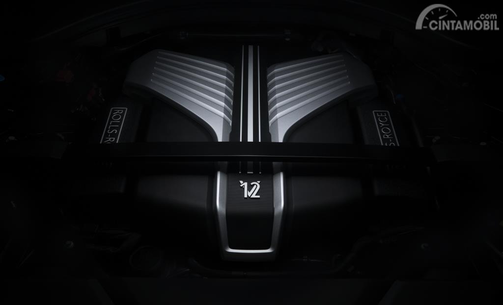 Foto Rolls-Royce Cullinan Black Badge 2019 dari sisi mesin