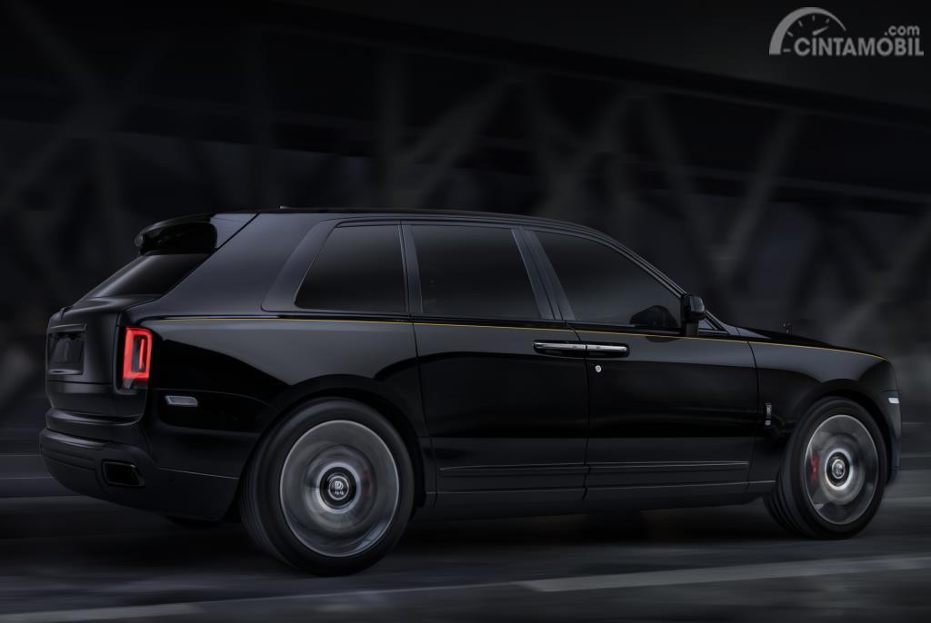Foto Rolls-Royce Cullinan Black Badge 2019 dari sisi samping