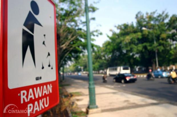 Foto jalanan dengan Rambu-rambu rawan ranjau paku