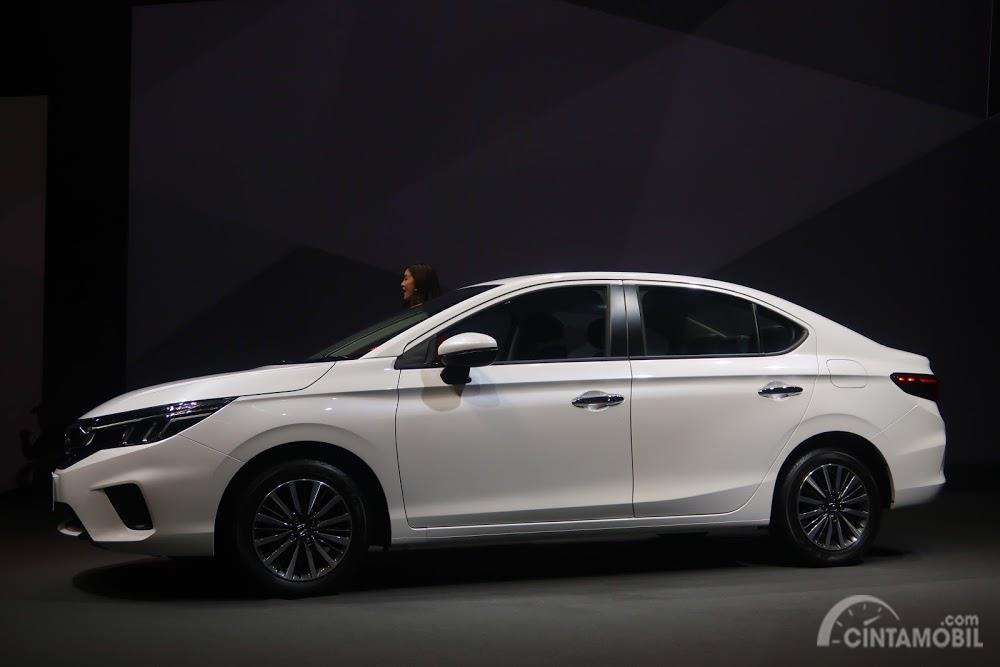 Gambar menunjukkan sebuah mobil All New Honda City 2020 dilihat dari tampak samping
