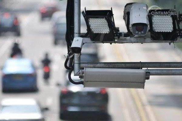 Gambar menunjukkan kamera tilang elektronik di jalan Indonesia
