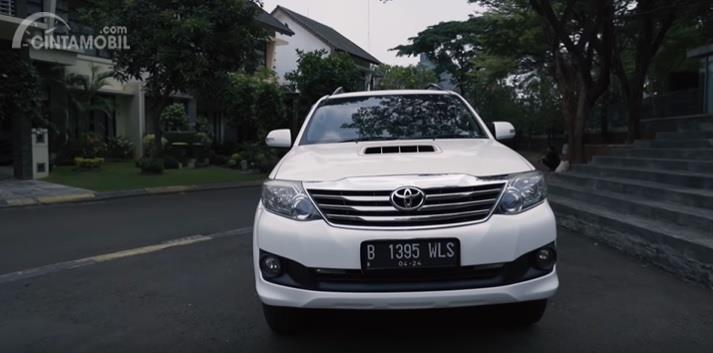 Gambar menunjukan tampilan depan Toyota Fortuner G VNT 2014 berwarna putih
