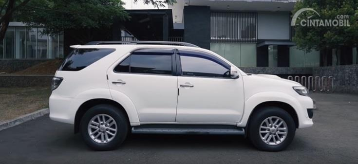 Gambar menunjukan tampilan samping Toyota Fortuner G VNT 2014 berwarna putih