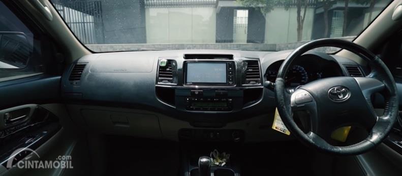Gambar menunjukan tampilan dashboard Toyota Fortuner G VNT 2014