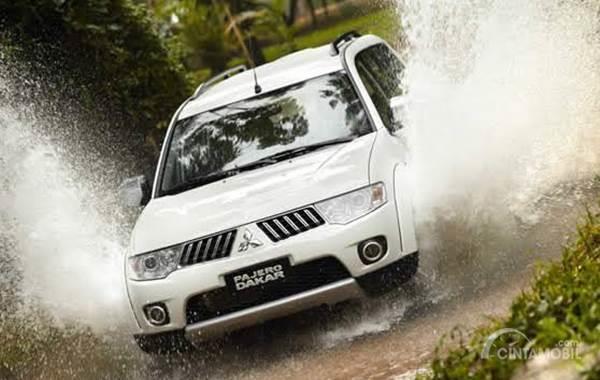 Mitsubishi Pajero Sport Dakar berwarna putih