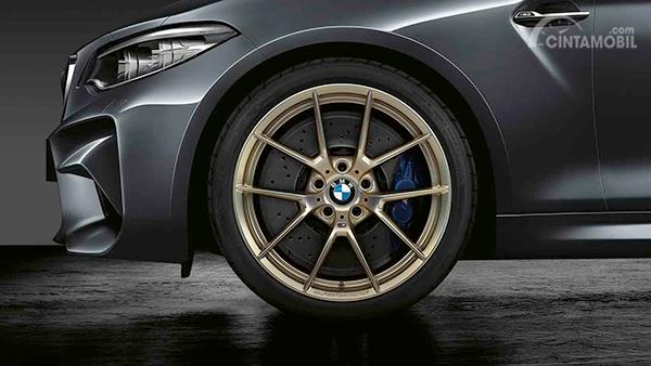 Foto BMW M2 Competition dengan BMW 19 inch Forged Y-Spoke 765M Frozen Gold Matt