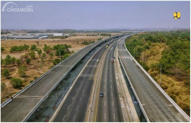 Gambar menunjukkan jalan Tol Japek II