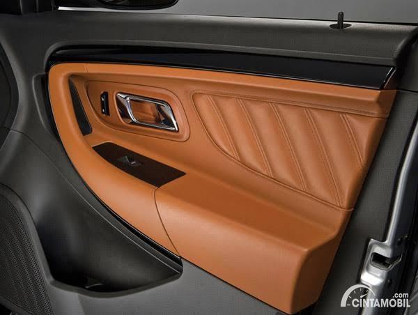 Door trim mobil dengan material kulit