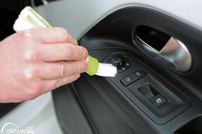 Membersihkan door trim secara detail