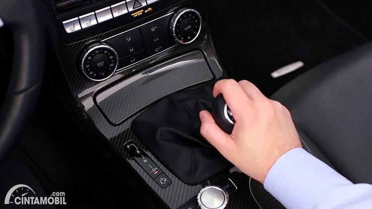 Ilustrasi mengganti gigi mobil dengan tuas transmisi