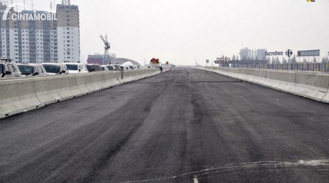 Gambar menunjukkan kondisi jalan tol layang Jakarta-Cikampek II