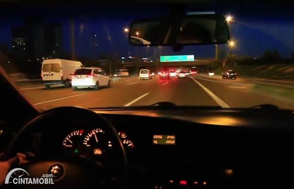 mengemudi malam hari