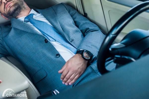pengemudi tertidur di mobil