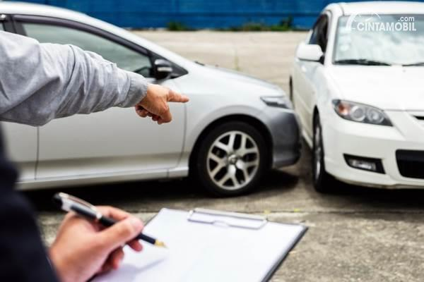 mobil tabrakan terlindung asuransi
