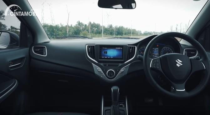 Gambar menunjukan Layout dashboar Suzuki Baleno Hatchback AT 2018