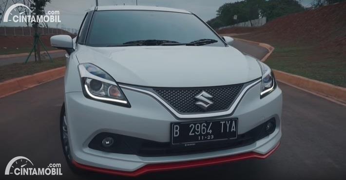 Gambar menunjukkan tampilan depan Suzuki Baleno SE AT 2017