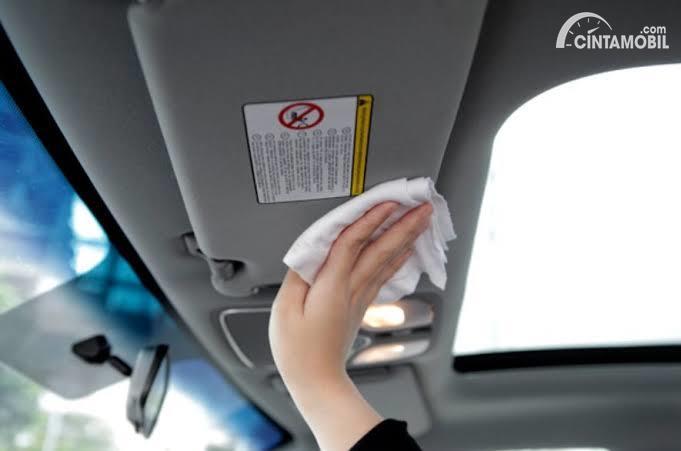 Cara Mudah Membersihkan Plafon Mobil