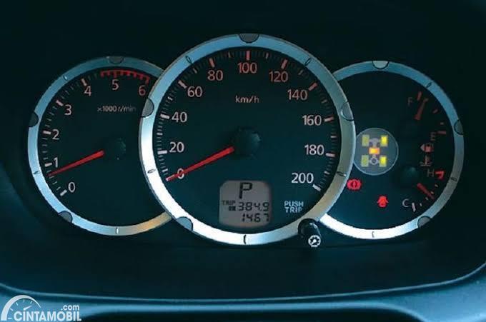 Tachometer mobil saat mesin masih idle