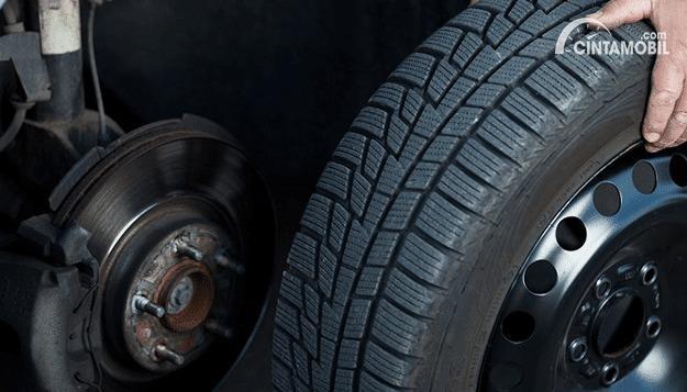 Pemasangan Ban Mobil Baru Lebih Baik di Depan Atau Belakang?