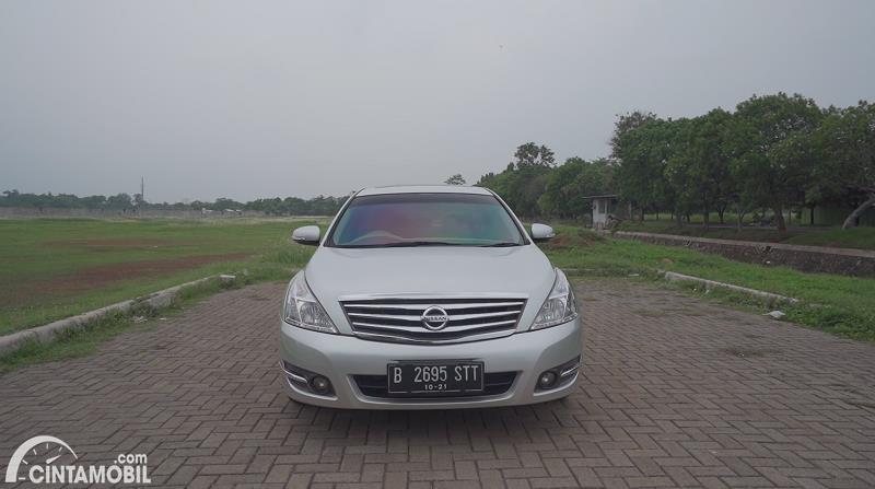 tampilan depan Nissan Teana 250 XV 2011 berwarna putih