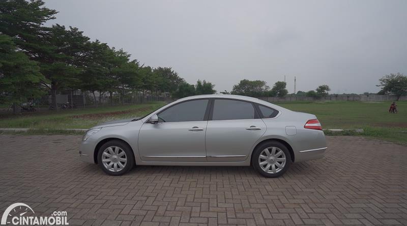 tampilan samping Nissan Teana 250 XV 2011 berwarna putih