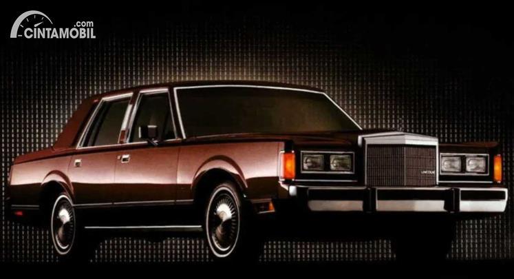 mobil klasik Lincoln Town Car berwarna cokelat