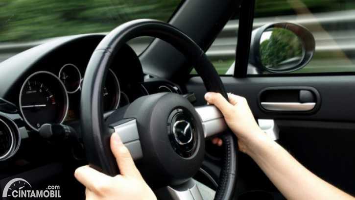 Ilustrasi memegang setir dan mengendarai mobil
