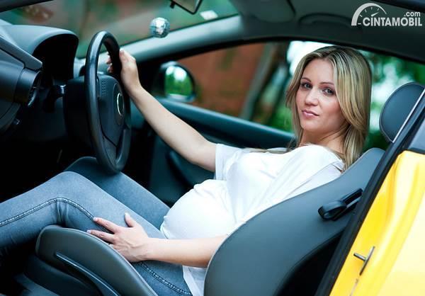 wanita hamil mengemudi mobil