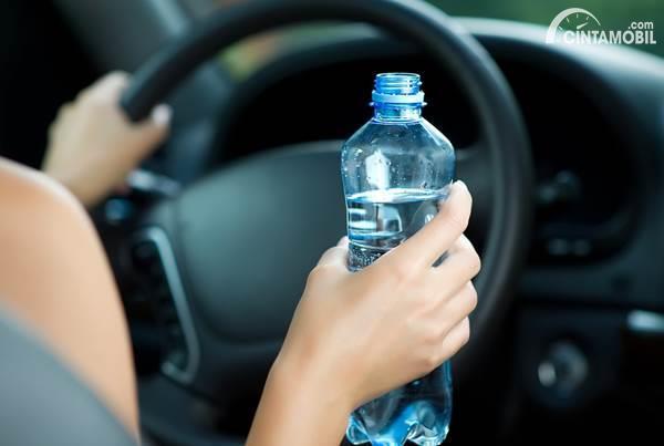 pengemudi minum air mineral