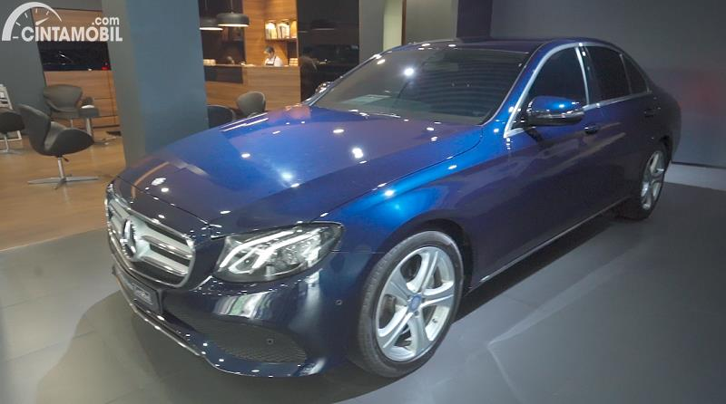 tampilan samping Mercedes-Benz E 250 Avantgarde 2017 berwarna biru