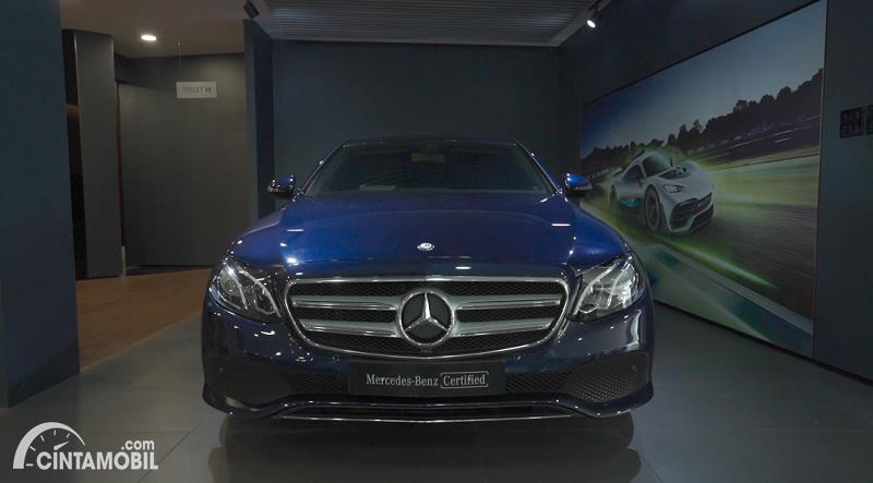 tampilan depan Mercedes-Benz E 250 Avantgarde 2017 berwarna biru