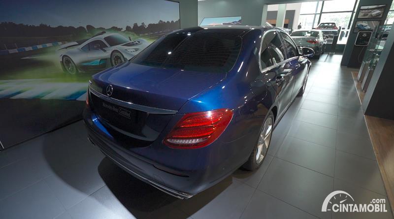 tampilan belakang Mercedes-Benz E 250 Avantgarde 2017 berwarna biru