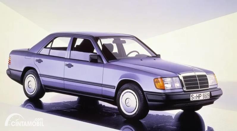 mobil klasik generasi pertama E-Class tahun 1984 berwarna abu-abu