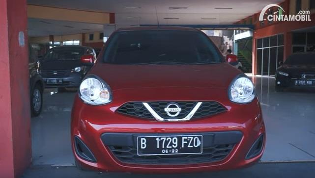 Gambar menunjukan tampilan depan Nissan March 2017 berwarna merah