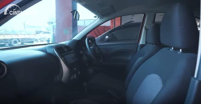 Gambar menunjukan jok dari Nissan March 1.2 AT 2017