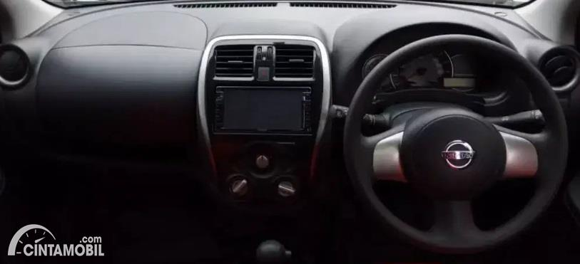 Gambar menunjukan dashboard Nissan March 1.2 AT 2017