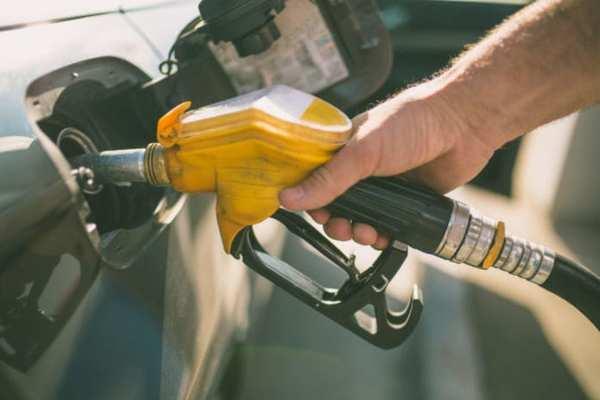 Gambar menunjukkan seorang yang sedang mengisi bensin dengan bahan bakar berkualitas