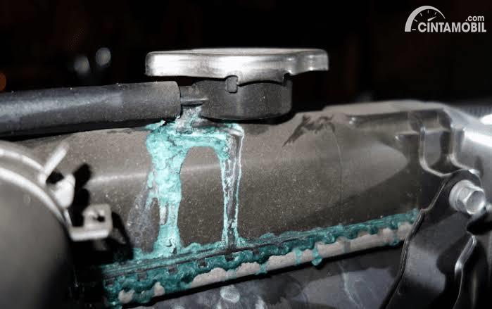Gambar menunjukkan Kondisi radiator yang mengalami kebocoran