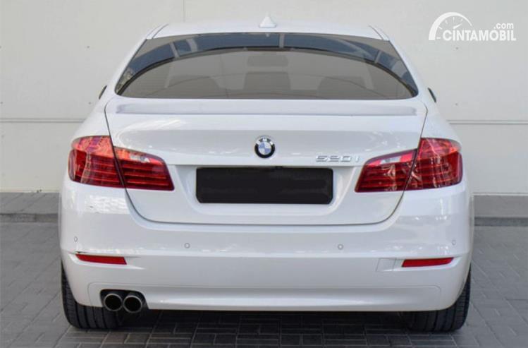 eksterior belakang BMW 520i 2011 berwarna putih