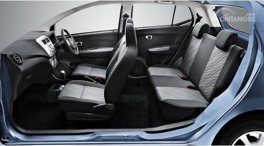 kabin mobil bekas Daihatsu Ayla berwarna hitam