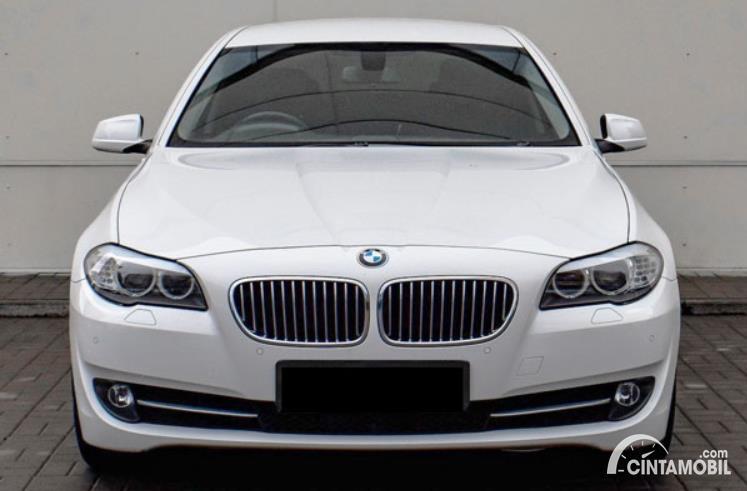 eksterior depan BMW 520i 2011 berwarna putih