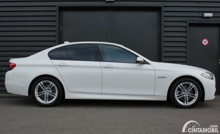 eksterior samping BMW 520i 2011 berwarna putih