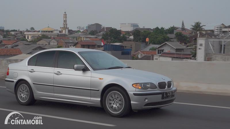 tampilan samping BMW 325i 2003 berwarna putih