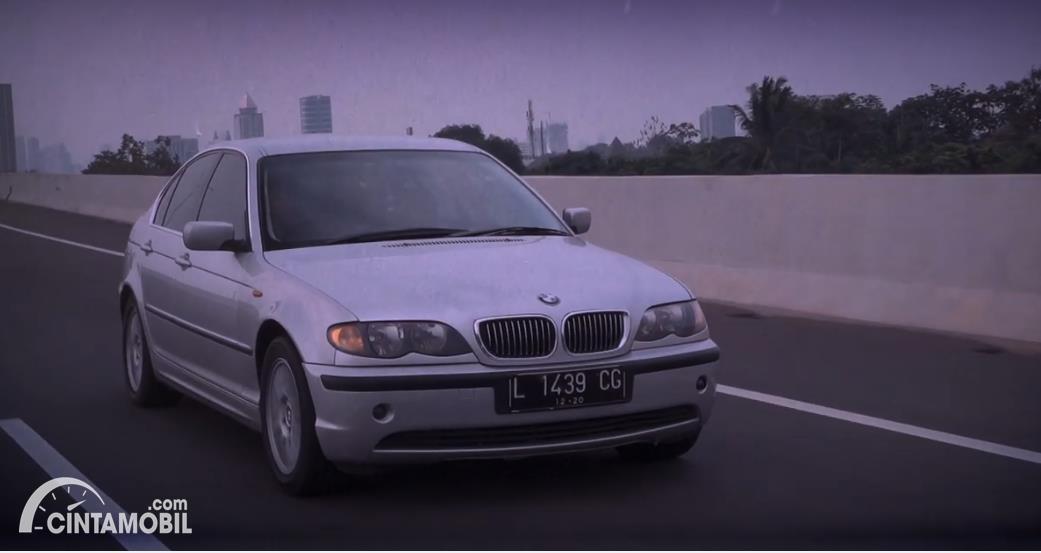 mobil klasik BMW 325i 2003 berwarna putih