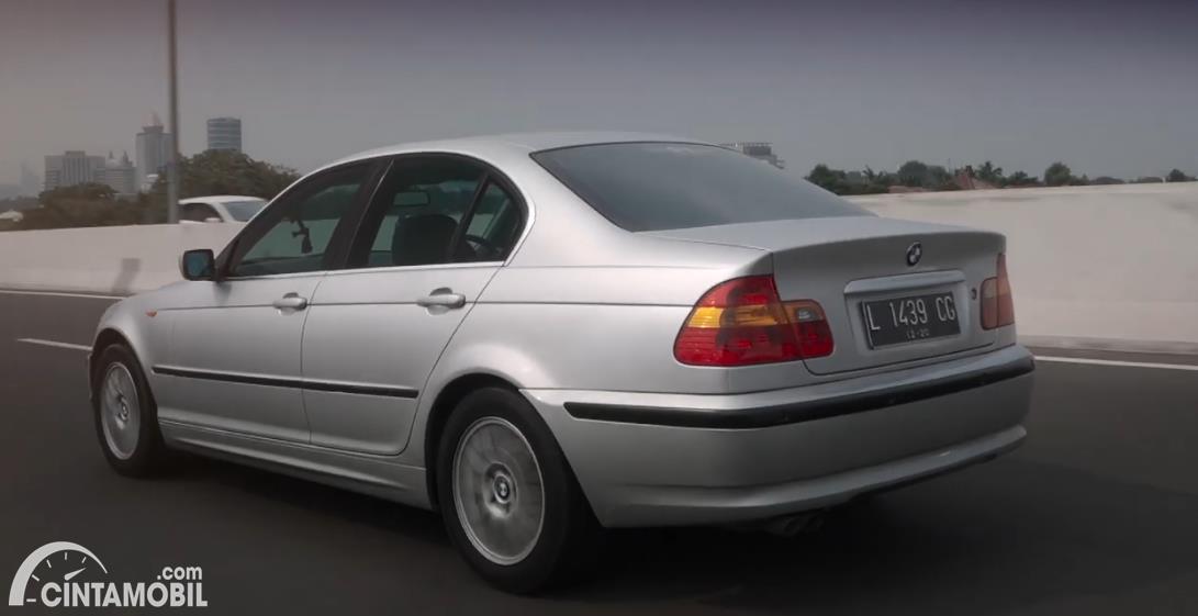 perjalanan BMW 325i 2003 berwarna putih di jalanan Jakarta