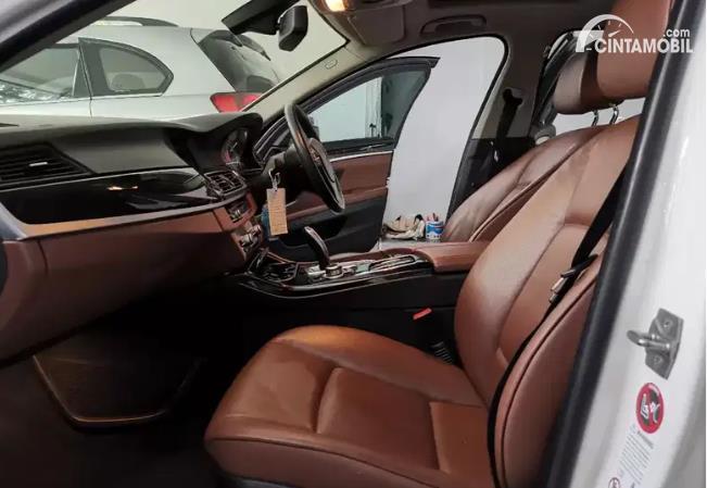 kursi BMW 520i 2011 berwarna cokelat