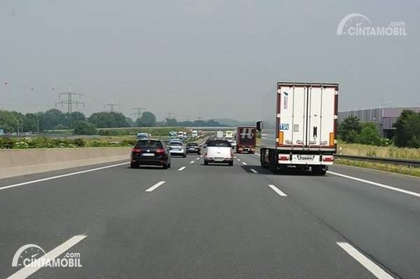 Berkendara di lajur lambat jalan tol